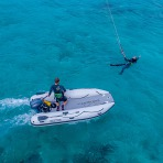 Takacat Katamaran-Schlauchboot mit Kite-Surferin